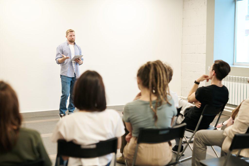 Sztuka wystąpień publicznych – ważny aspekt życia zawodowego
